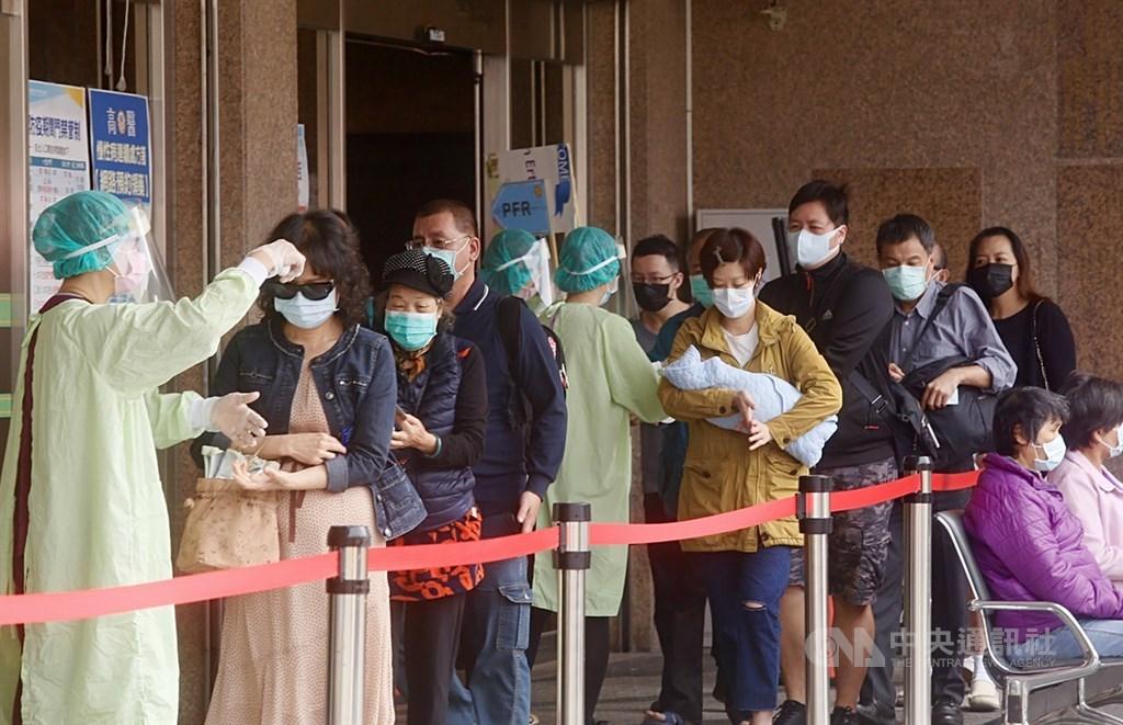 國內武漢肺炎疫情趨緩,衛福部29日宣布6月起將陸續發出防疫團體獎金,獎金6成須發給員工。(中央社檔案照片)