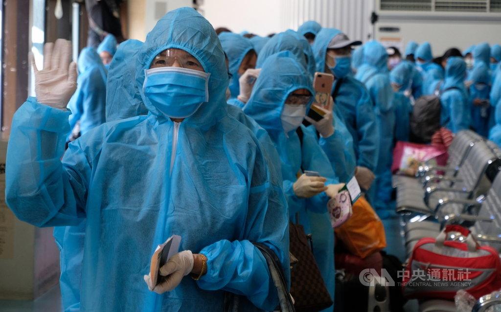 越南在武漢肺炎(2019冠狀病毒疾病,COVID-19)疫情爆發以來,29日首度派專機來台接回在台的越南民眾,被問到返家的感覺,不少旅客都表示非常開心。中央社記者邱俊欽桃園機場攝 109年5月29日