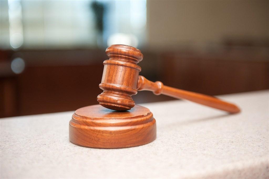 大法官會議29日作出釋字第791號解釋,通姦罪違憲,立即失效。全國法院共162件通姦案件依法可判決免訴。根據法務部統計,全國監所有5人因法條宣告違憲失效獲釋。(示意圖/圖取自Pixabay圖庫)