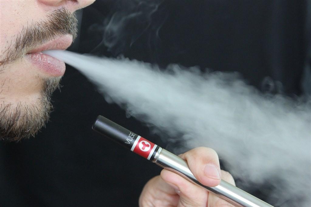 電子菸造成的肺病疫情頻傳,但現行菸害防制法已長達13年沒修,業者即便被抓到販售電子菸也因罰則輕,根本罰不怕。(示意圖/圖取自Pixabay圖庫)