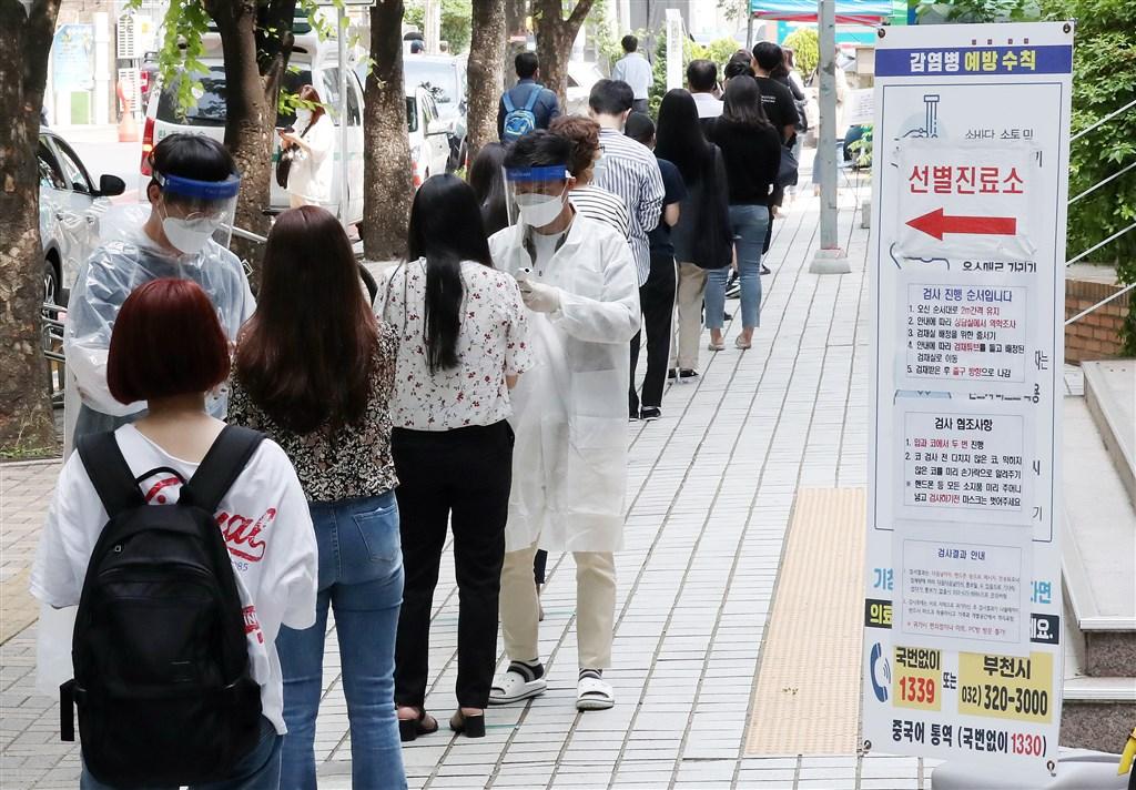 韓國中央防疫對策本部28日通報,武漢肺炎單日新增79例確診,達到近2個月以來高點,主要來自物流中心群聚感染。圖為首爾民眾排隊等待武漢肺炎病毒檢測。(韓聯社提供)