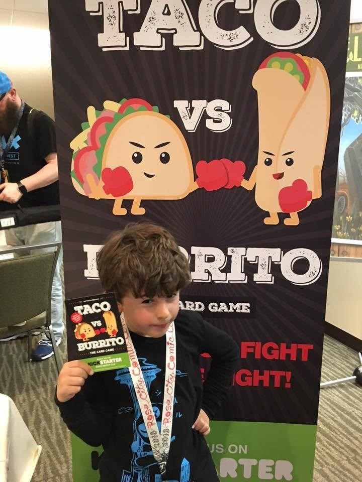 西雅圖有位9歲的創業家男孩,2019年年收入超過100萬美元(約新台幣3000萬元),他發明的紙牌遊戲在疫情期間是美國電商平台上的熱門款遊戲。(圖取自皮爾森臉書facebook.com)