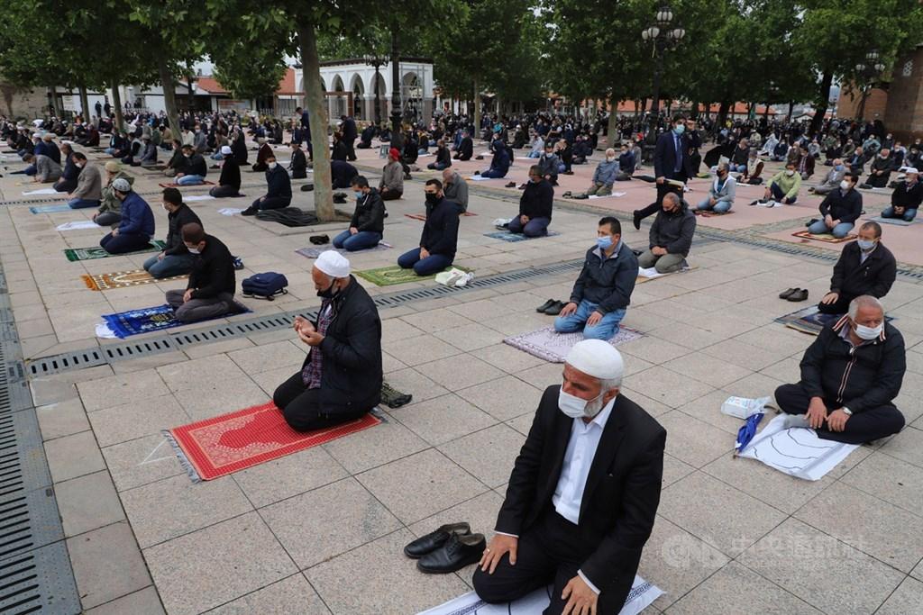 土耳其29日恢復禁止74天的清真寺聚禮。大批信眾前往安卡拉哈吉拜拉姆清真寺,在廣場上參加主麻日(禮拜五)禮拜。中央社記者何宏儒安卡拉攝 109年5月29日