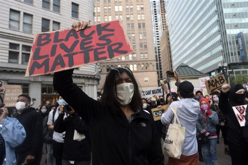 明尼蘇達州明尼阿波利斯警員5月25日強壓非裔男子佛洛伊德頸部致死案在全美引發嚴重示威,甚至有緃火與趁火打劫的行為。圖為奧克蘭示威者高舉「黑人的命也是命」標語抗議。(安納杜魯新聞社提供)