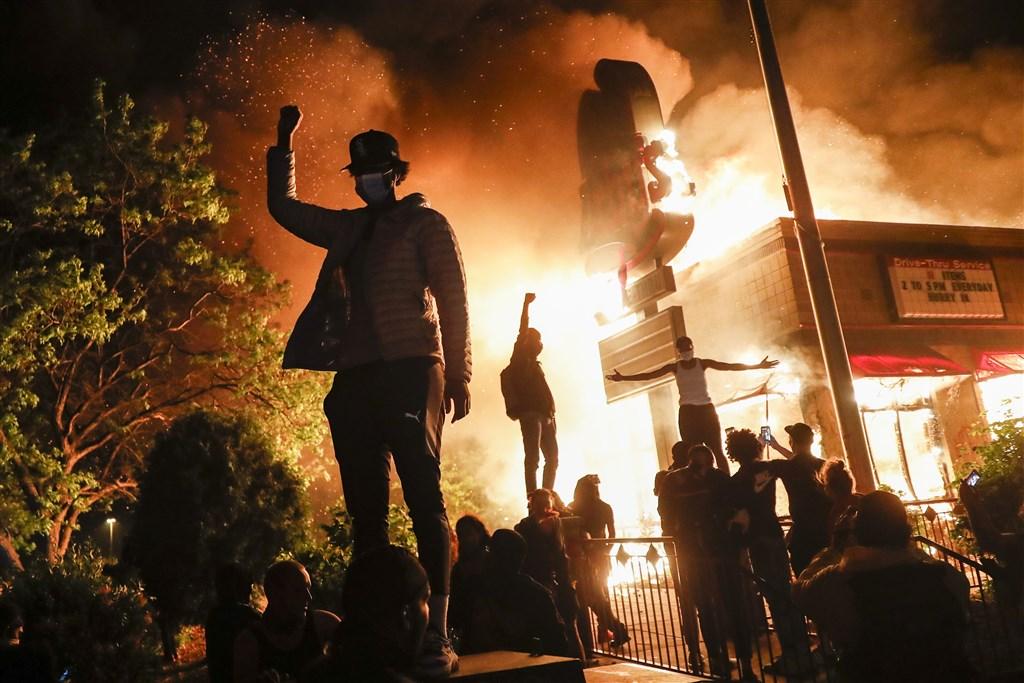 美警方強壓非裔男子佛洛伊德致死案所引起的一連3夜暴力抗議活動,暴動民眾洗劫並焚燒了明尼阿波利斯都會區數十座建築物。(美聯社)