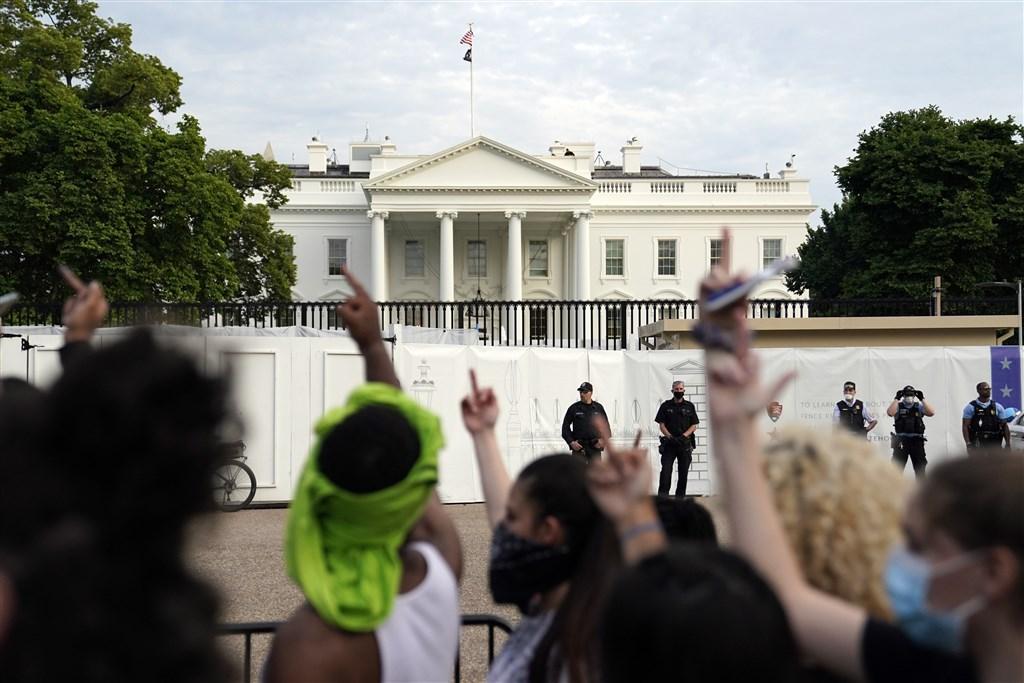 美國非裔男子佛洛伊德在明尼蘇達州遭警方壓頸致死事件引發抗議潮,數百名民眾29日聚集白宮外表達憤慨。(美聯社)