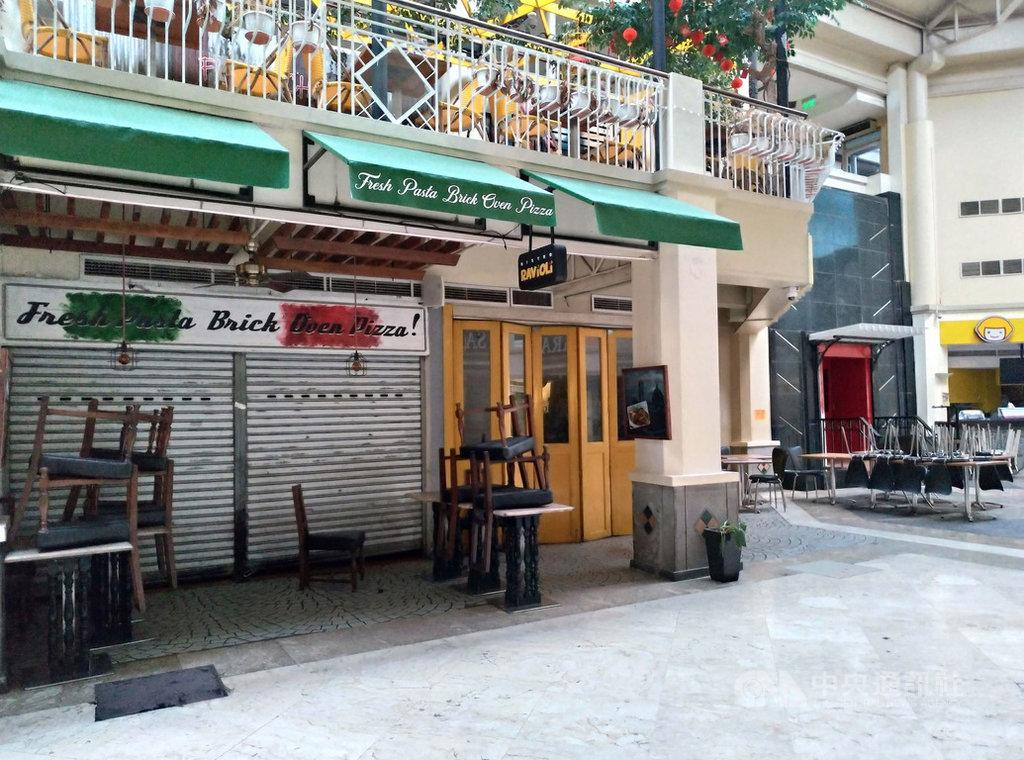 大馬尼拉地區6月起將放寬封城規範,目前僅允許餐廳外送和消費者外帶。5月27日在一家購物商場內,餐廳仍鐵門深鎖未營業。中央社記者陳妍君馬尼拉攝 109年5月31日
