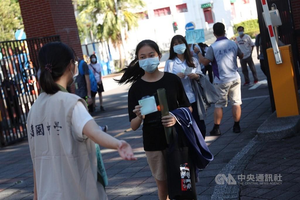 受疫情影響,109年國中教育會考首度於30、31日安排補考。圖為17日109年國中會考第二天情形。(中央社檔案照片)