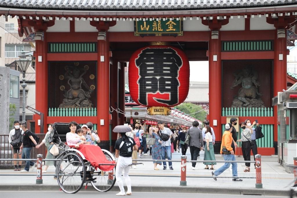 日本政府因應武漢肺炎疫情4月7日宣布緊急事態宣言,5月25日全面解除。30日是解禁後第一個週末,東京知名景點淺草雷門前暌違近2個月湧進人潮。中央社記者楊明珠東京攝 109年5月30日