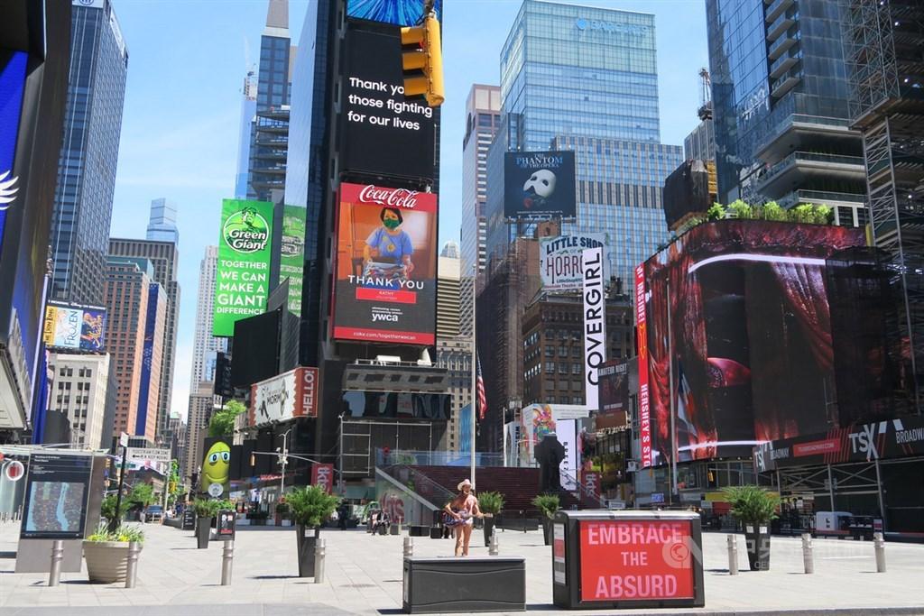 紐約市經濟因防疫而大規模停擺,非民生必需類商家被迫停業,昔日熙來攘往的時報廣場一片空蕩。中央社記者尹俊傑紐約攝 109年5月30日