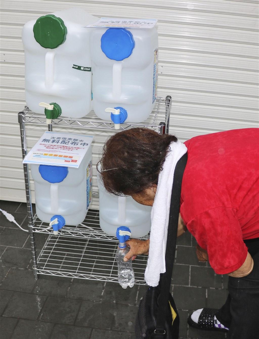 日本具官方色彩的機構NITE 29日公布報告指出,次氯酸水目前尚未確定消毒功效,呼籲民眾勿以此作為噴霧使用或直接噴灑於手部、皮膚上。圖為3日日本鹿兒島一家居酒屋外設置次氯酸水桶供民眾取用。(共同社提供)