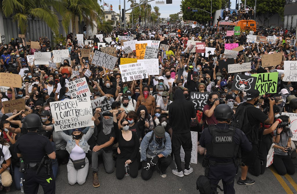 美國非裔男子佛洛伊德25日遭白人警察壓頸致死,引發非裔族群上街抗議,在洛杉磯陸續出現趁亂洗劫、縱火等失控情形下,市長賈西迪宣布宵禁。圖為30日美國民眾示威情形。(美聯社)