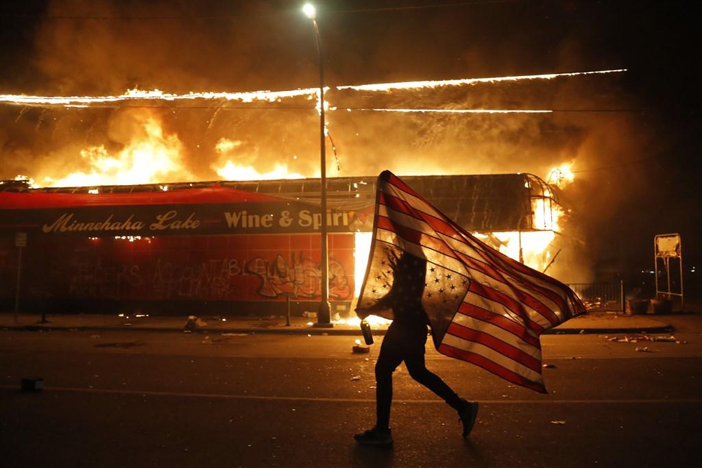 美國再度發生針對非裔人口的警察暴力致死事件,在全美各地點燃怒火,明尼蘇達州的明尼阿波利斯市民眾上街頭抗議。(美聯社)