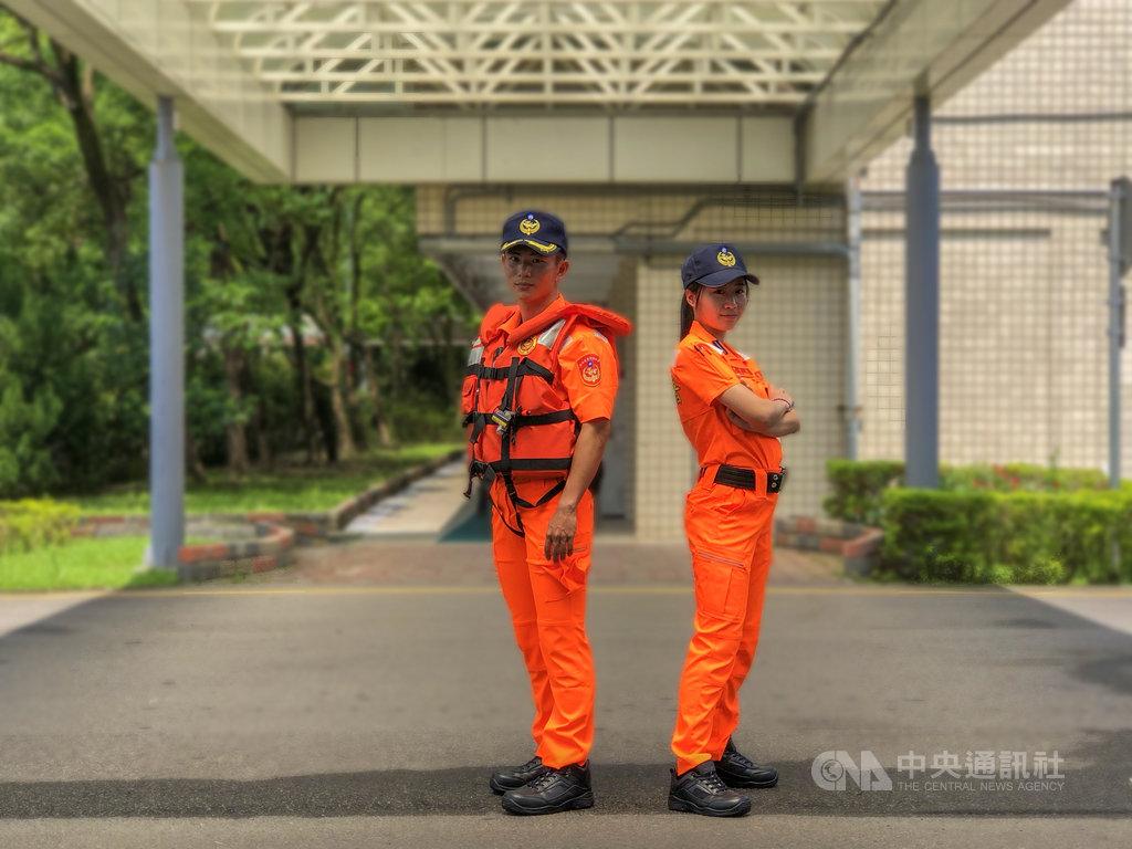 海洋委員會海巡署1日正式啟用新式安檢勤務服,除承襲使用20年的傳統橘色,還結合新增女版服裝等5大創新特點,預計共發放1萬3000套新制服。中央社記者侯文婷攝 109年6月1日