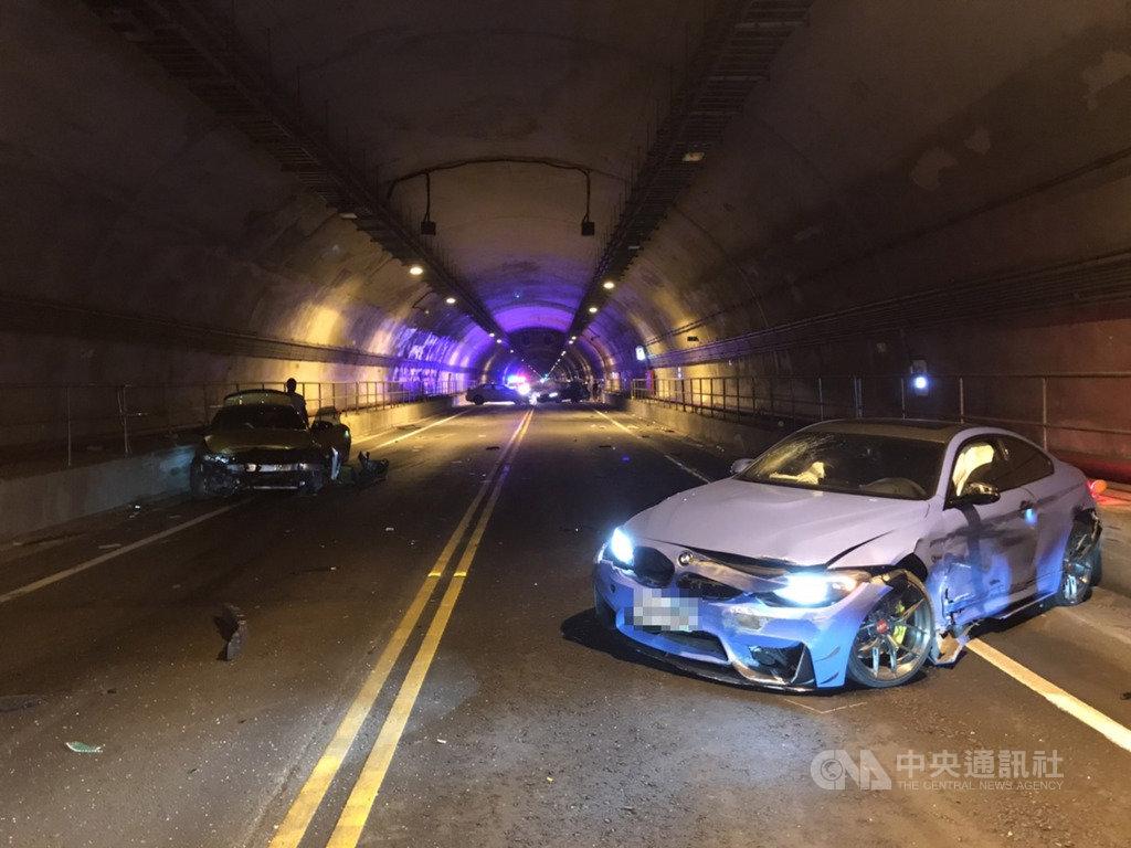 3輛BMW跑車31日凌晨疑在新北市基平隧道內競速,車速過快撞成一團,還波及一輛無辜轎車,事故現場一片狼藉,所幸未傳出嚴重傷亡。(讀者提供)中央社記者王朝鈺傳真 109年6月1日