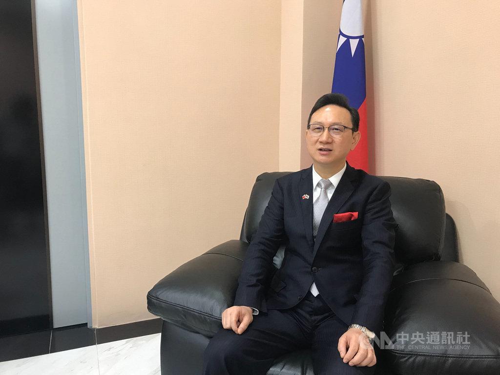 前駐泰國代表童振源1日從泰國返回台灣,準備接任僑務委員會委員長。他表示,要讓僑委會做為槓桿支點,連結台灣民間資源和全球僑胞。中央社記者呂欣憓曼谷攝 109年6月1日