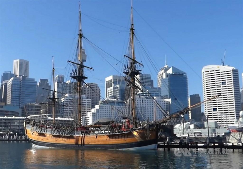 澳洲政府撥款670萬澳元(約新台幣1億3400萬元),資助一艘仿製當年庫克船長所駕駛皇家海軍「奮進號」(HMS Endeavour)船,繞行澳洲一圈,引發庫克船長功過的爭議。圖攝於109年5月23日。中央社記者丘德真雪梨攝 109年6月1日