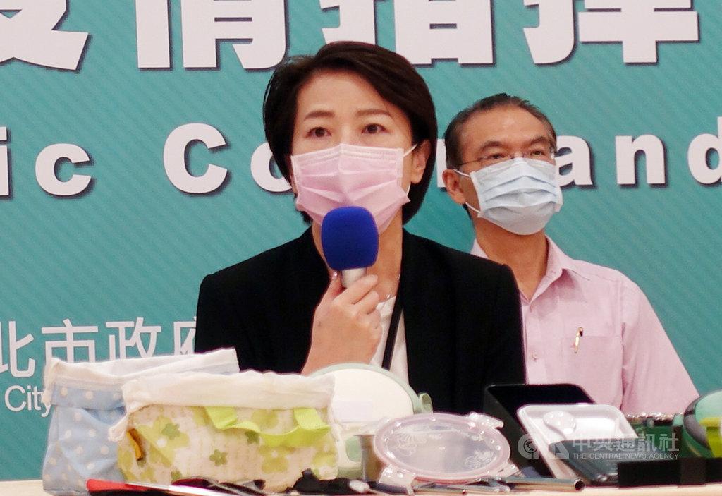 國內疫情趨緩,台北市除大眾運輸、公有市場外,其餘場館7日起全面解封。台北市副市長黃珊珊(前)1日進一步說明,只要有本土新增個案,就會立即封閉場館。中央社記者梁珮綺攝 109年6月1日
