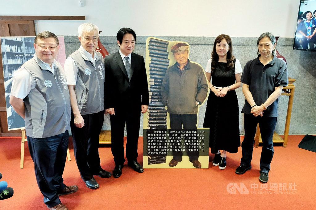 副總統賴清德(左3)1日前往弔唁「台灣文學之母」鍾肇政時表示,從高中起就閱讀鍾老的小說,鍾肇政的離開,是文學界的損失、客家界的損失,也是台灣的損失。中央社記者吳睿騏桃園攝 109年6月1日