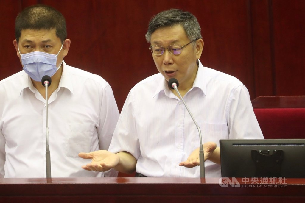 遠見雜誌日前公布民調,台北市長柯文哲(右)施政滿意度墊底,他1日在議會表示,台北市民要求很高,民調會再往上,穩紮穩打就好,不用緊張。中央社記者吳家昇攝 109年6月1日