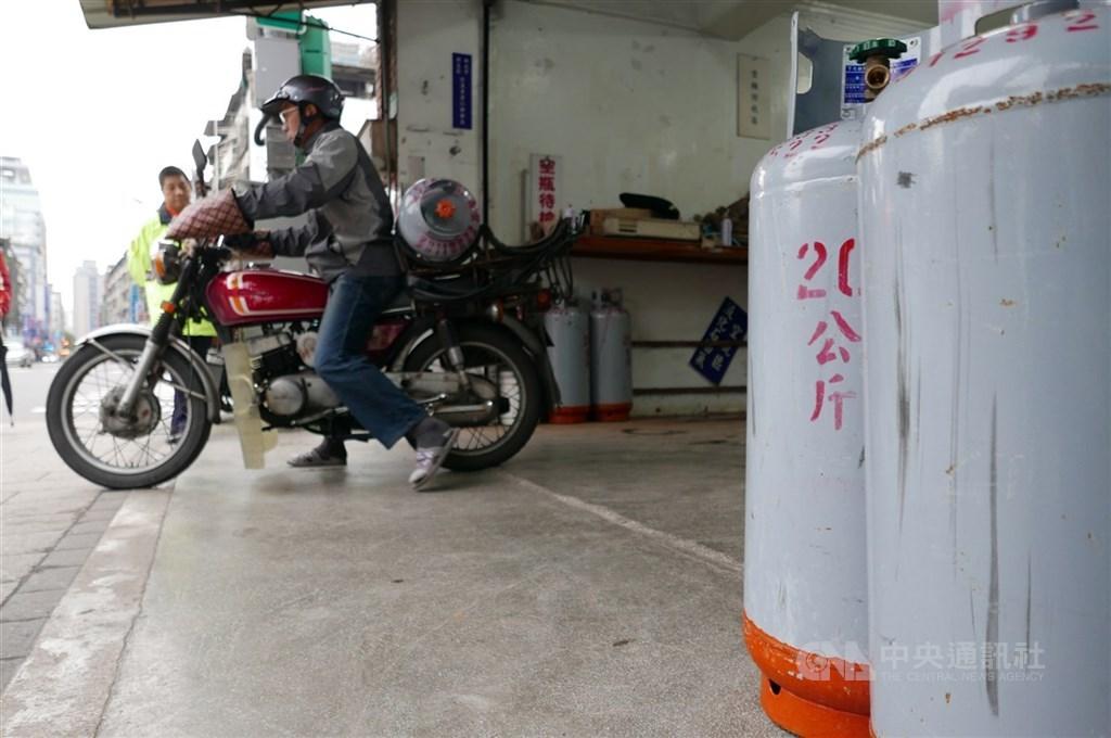 中油宣布,國內天然氣價格從2日起,平均調降10.24%;桶裝瓦斯的價格則不調整。(中央社檔案照片)