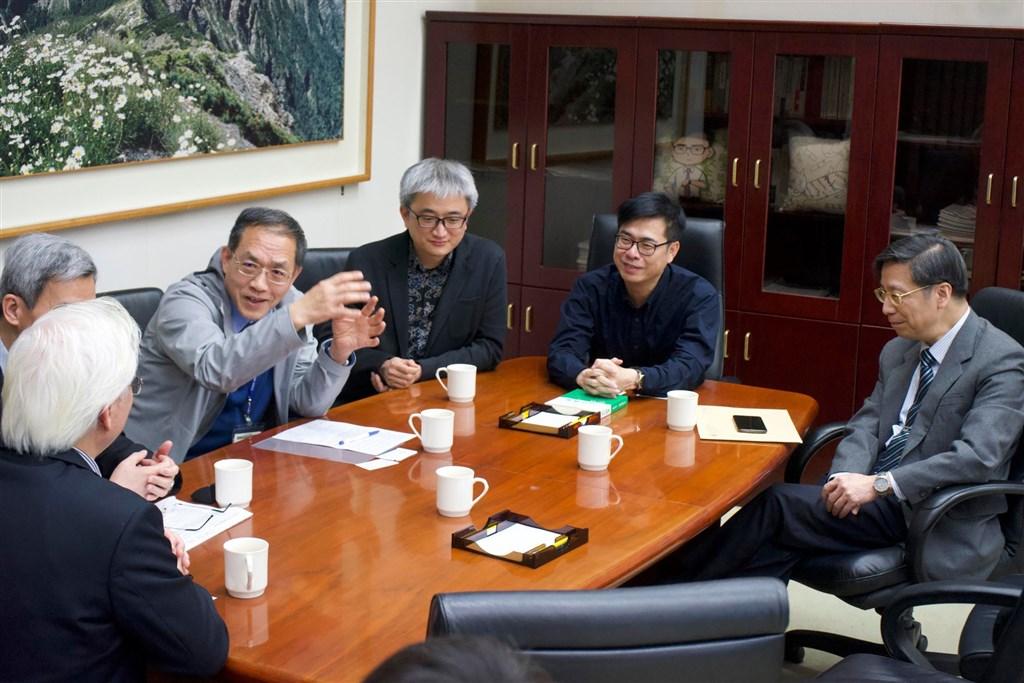 行政院副院長陳其邁(右2)1日說,台灣科技防疫超前部署,政院用大數據建置的健康回報系統、社交距離APP,以及電子圍籬系統等,已開放程式碼給其他國家使用。(圖取自facebook.com/chenchimai)