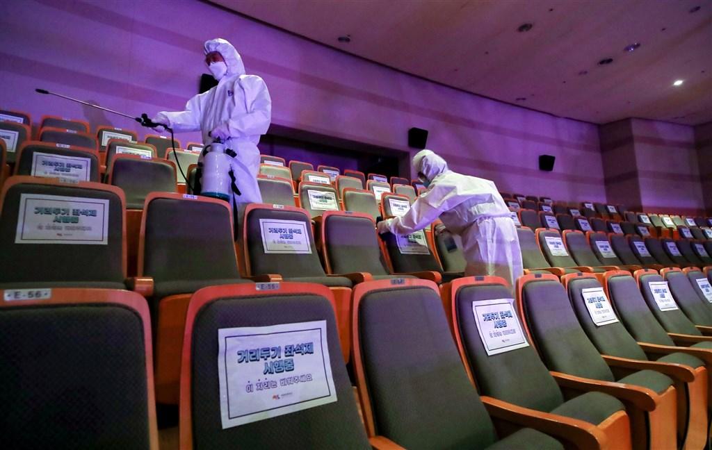 韓國5月接連發生多起群聚感染案,因此京畿道政府下令未來兩週內,禁止轄內物流倉庫、電話客服中心、殯儀館、婚宴會場等出入人員較多的場所群聚。圖為防疫人員在電影院消毒。(韓聯社提供)