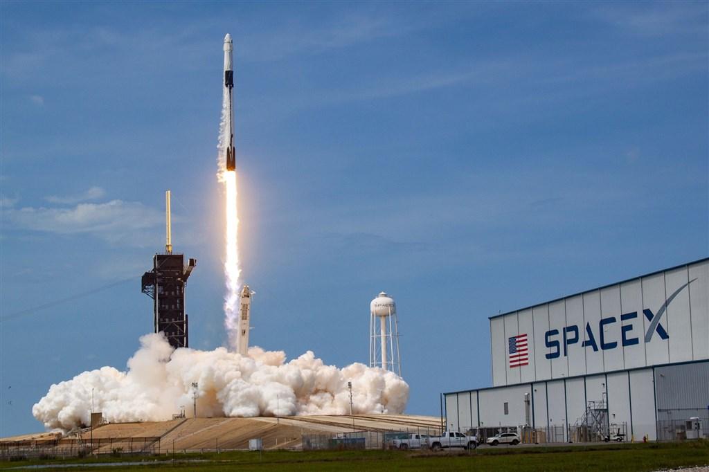 美國太空探索科技公司(SpaceX)5月30日發射火箭,31日成功以太空船將太空人送抵國際太空站,成為首家成功執行載人太空飛行任務的民間企業。(圖取自twitter.com/SpaceX)