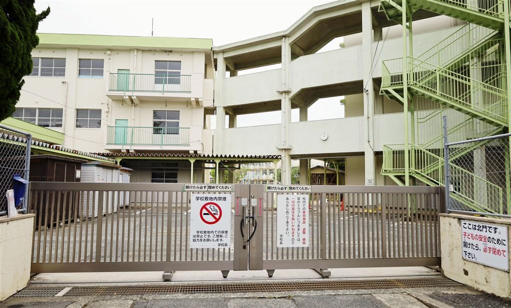 日本福岡縣北九州市1日新添16起武漢肺炎確診。圖為爆發群聚感染的北九州市立守恒國小。(共同社提供)