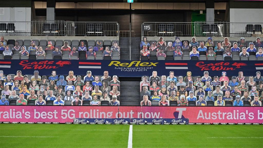 澳洲全國橄欖球聯賽發起讓球迷在看台上放自己人型立牌充當觀眾的活動,卻遭到惡作劇。(圖取自twitter.com/NRL)