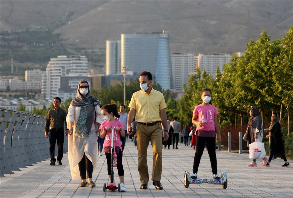 伊朗1日宣布新增近3000起武漢肺炎確診病例,創兩個月以來單日新高。圖為5月28日的德黑蘭街頭。(安納杜魯新聞社提供)