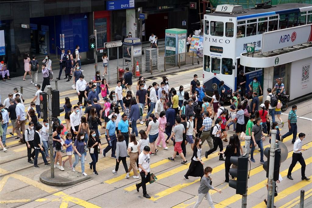 在相隔約半個月後,香港近日再度出現群體感染武漢肺炎事件,累計確診感染人數為1087人。圖為香港中環。(中新社提供)