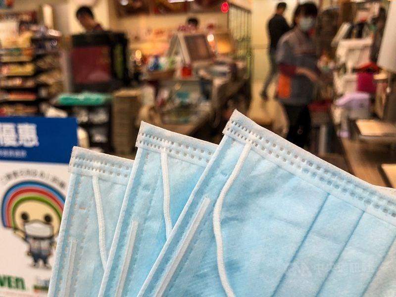 口罩銷售解禁,超商備妥上百萬片口罩開賣,根據4大業者公布最新價格方案,統一超商平均每片單價為新台幣4.74元為最低。(中央社檔案照片)