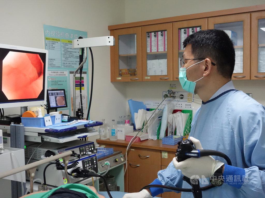 大林慈濟醫院腸胃內科醫師謝毓錫研究發現,93%的病患可不用麻醉即完成換水大腸鏡檢查,也不會覺得疼痛;而傳統充氣法大腸鏡檢查,在沒有麻醉的情況下,也只有2成4受檢查者,會感到不舒服及疼痛。中央社記者蔡智明攝 109年6月2日