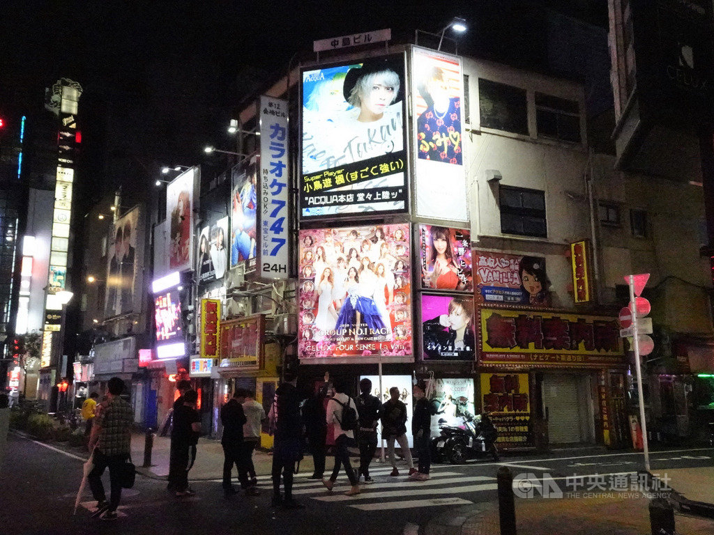 東京在5月25日解除緊急事態宣言後,新宿歌舞伎町鬧區人潮漸多。近日武漢肺炎確診病例增,東京都知事小池百合子呼籲市民夜間盡量少外出。中央社記者楊明珠東京攝 109年6月2日