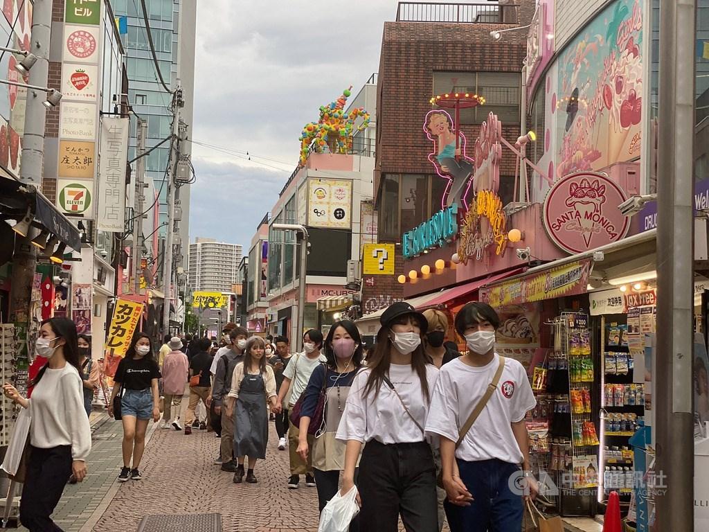 日本放送協會報導,東京2日通報新增30多起武漢肺炎確診病例。圖為原宿竹下通,大多數人戴口罩防疫。中央社記者楊明珠東京攝 109年5月31日