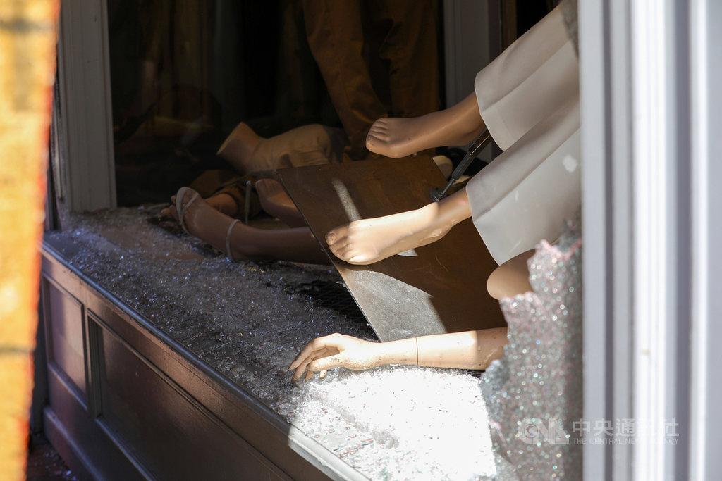 華府喬治城商圈許多店家5月31日晚間遭到洗劫,櫥窗假人模特兒紛紛倒落,玻璃也碎一地。中央社記者徐薇婷華盛頓攝 109年6月2日