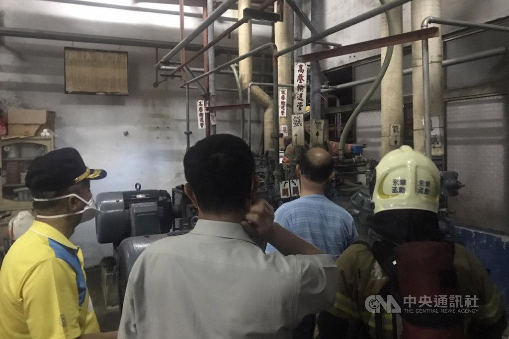 台南市安平工業區一家冷凍廠2日晚間發生氨氣外洩,有民眾聞到異味後報案,消防人員到場會同廠商尋找外洩來源,為一具跳脫的氨氣管路洩壓閥,晚間8時餘解除狀況,未傳傷亡。(讀者提供)中央社記者楊思瑞台南傳真  109年6月2日