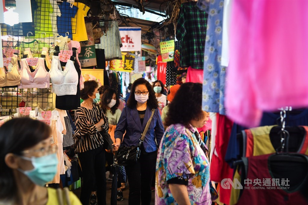 行政院長蘇貞昌2日正式宣布推出「振興三倍券」刺激經濟,使用時間將自7月15日起至12月31日,傳統市場也可適用。中央社記者林俊耀攝 109年6月2日
