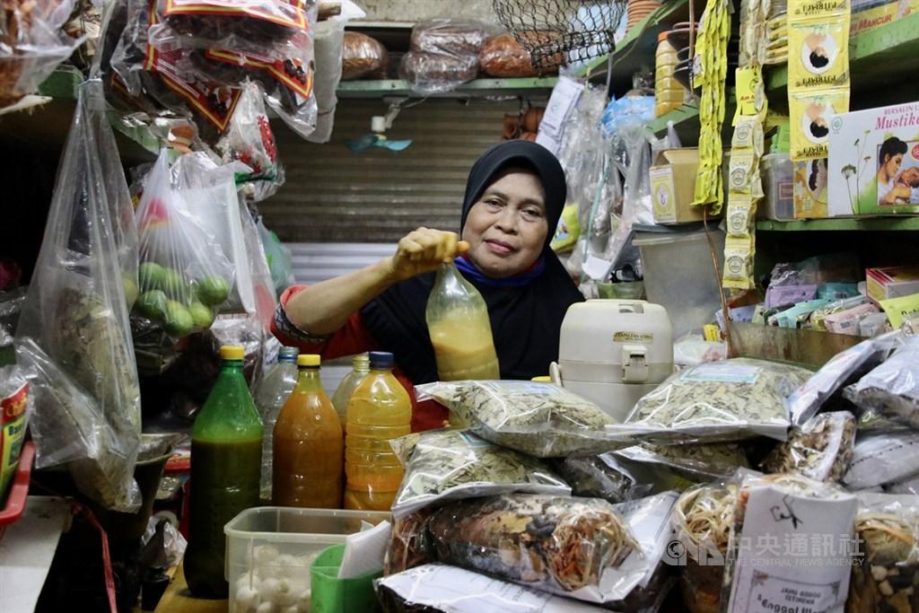 印尼傳統草本飲通稱Jamu,傳統做法是長時間煎熬多樣草本複方而成,印尼研究認為可增強免疫力。在雅加達傳統市場賣Jamu的攤商蘇米亞蒂4月21日說,武漢肺炎疫情讓更多人選擇Jamu保健。中央社記者石秀娟雅加達攝 109年6月2日