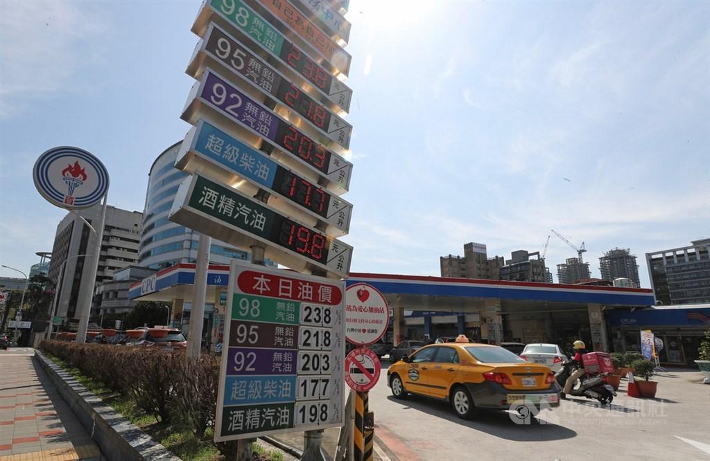 經濟部表示,若車主到加油站加油,也可用振興券支付,而且紙本與數位工具都可以。(中央社檔案照片)