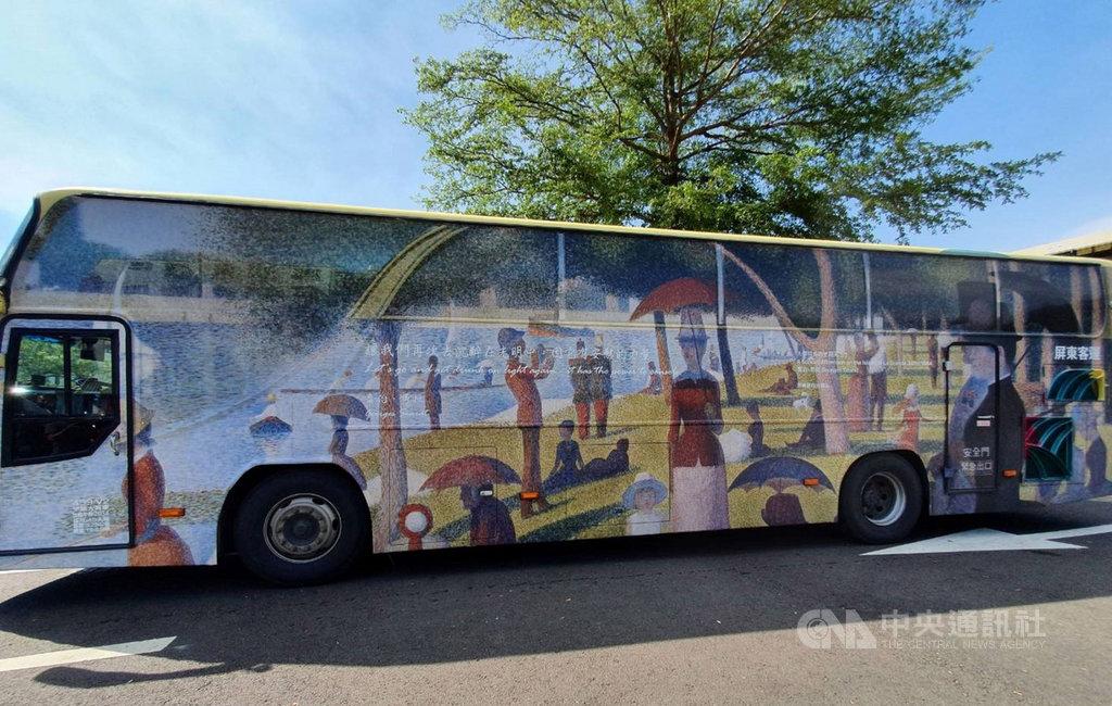 屏東縣「我的城市,我的行動美術館」藝術公車活動,特別安排10部公車於車身彩繪世界名畫,讓梵谷、達文西、畢卡索、米勒等畫壇巨擘的經典名作,隨著公車走入屏東各角落,讓藝術更親近大眾。中央社記者郭芷瑄攝 109年6月2日