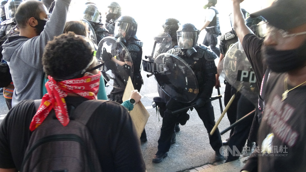 美國反種族歧視抗議遍地開花,上千名群眾聚集白宮前抗議。為讓美國總統川普步行至白宮附近教堂致意,華府出動強勢警力驅逐群眾,爆發多起零星衝突。中央社記者江今葉華盛頓攝 109年6月2日