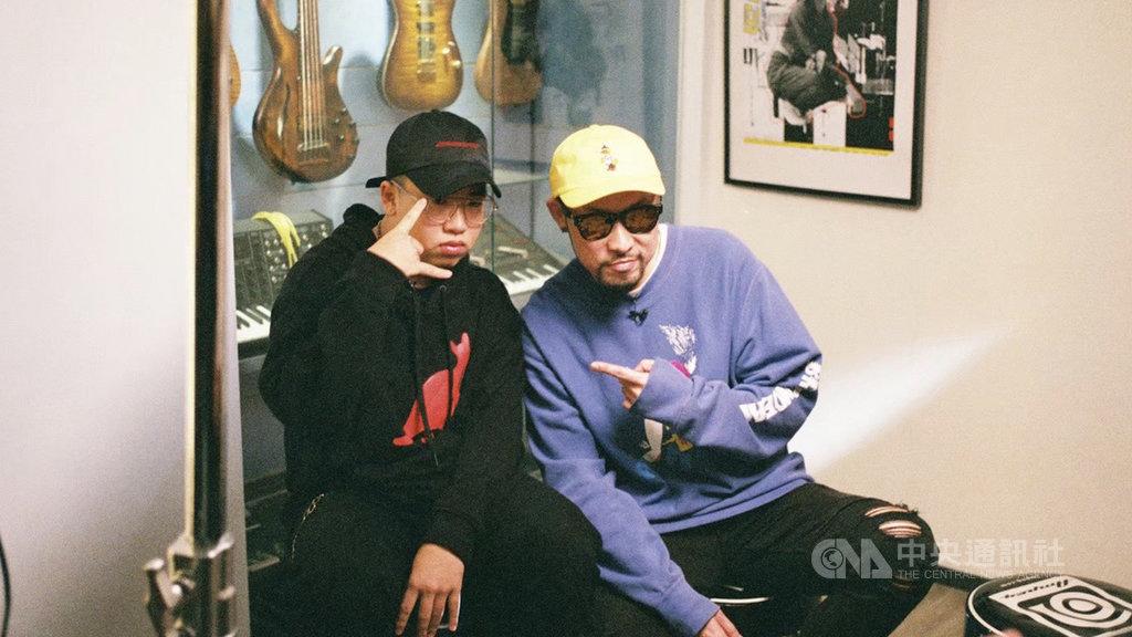 饒舌歌手熱狗MC HotDog(右)在網路音樂節目「造音少年2」中,將自身創作經驗分享給學員小Q(左),帶領學員成長。(MTI音樂科技學院提供)中央社記者葉冠吟傳真 109年6月2日