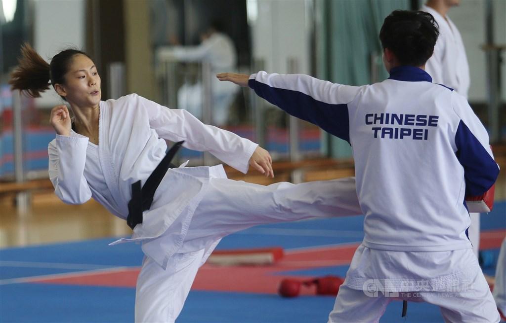 世界空手道聯盟日前宣布更改奧運積分取標時間,也導致台灣空手道女將文姿云(左)到手的奧運門票被迫繳回。(中央社檔案照片)
