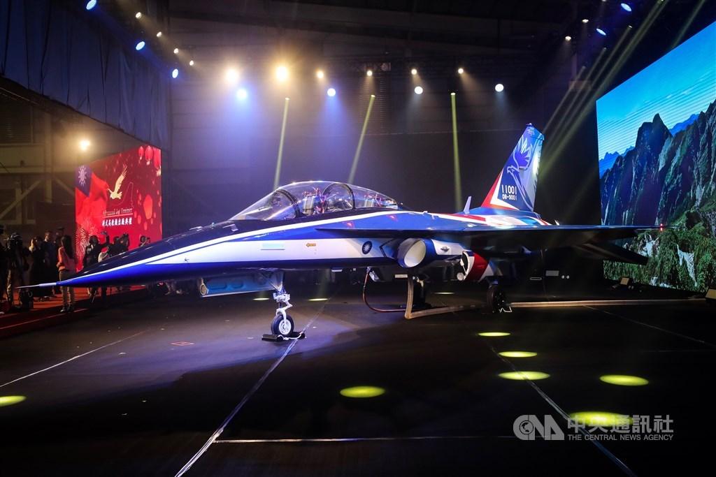 台灣「國機國造」首架新式高級教練機「勇鷹」預定6月下旬首度試飛,2日在台中清泉崗空軍基地實施跑道滾行測試。圖為2019年9月24日「勇鷹」首度對外曝光。(中央社檔案照片)