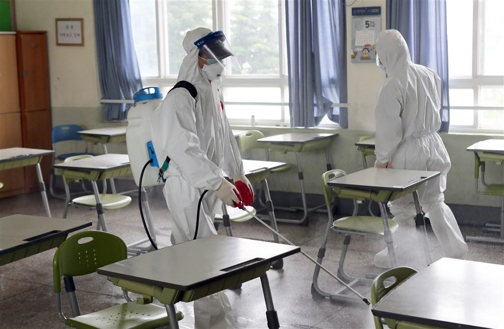 韓國首都圈武漢肺炎疫情擴散,全國2日共有534所學校暫緩到校上課措施。圖為校園防疫消毒。(韓聯社提供)