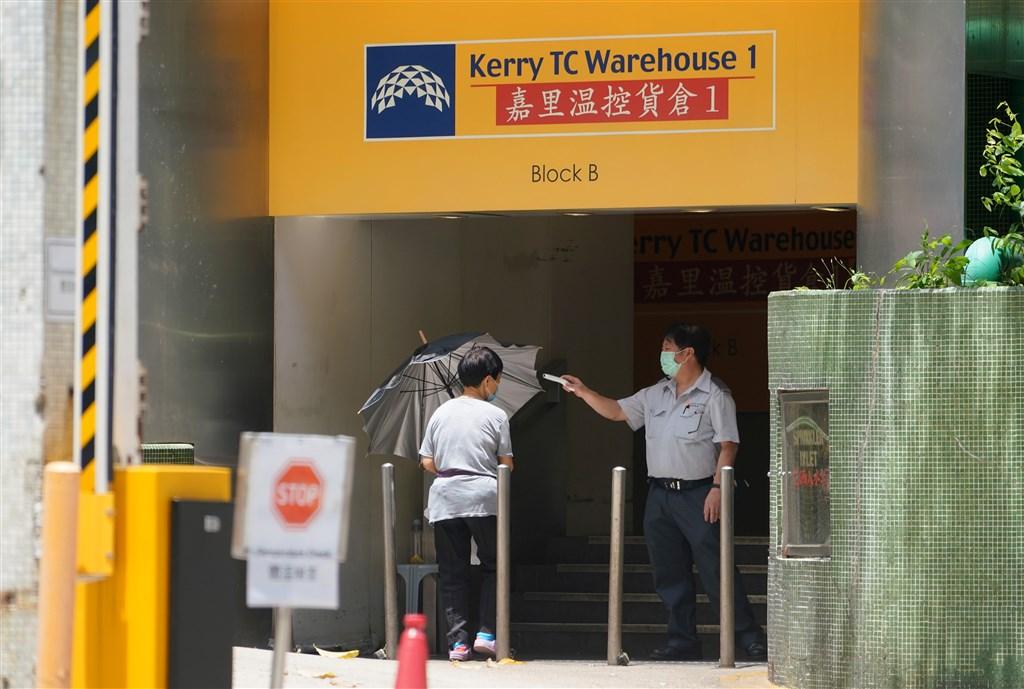 香港近日再度爆發武漢肺炎群聚感染,專家表示,除了女病患工作的嘉里物流貨倉外,其居住的社區也已形成傳播鏈。(中新社提供)