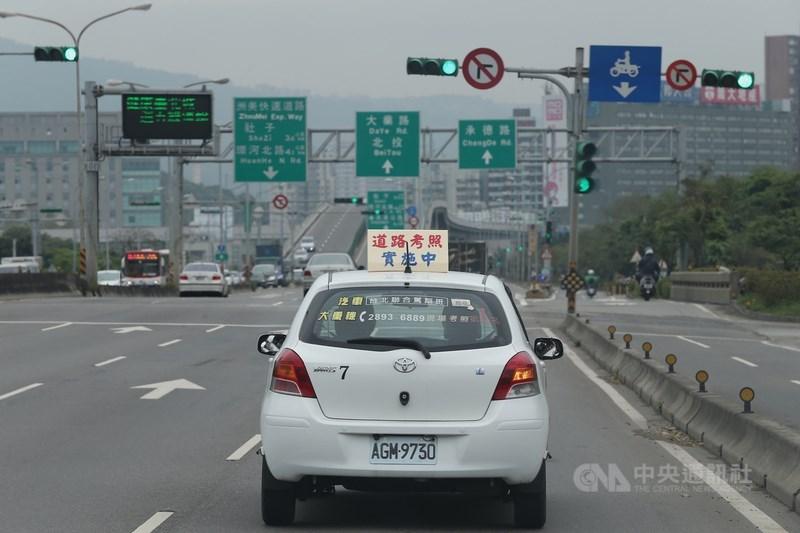 交通部2日預告放寬癲癇患者考駕照規定,最快9月上路。(中央社檔案照片)