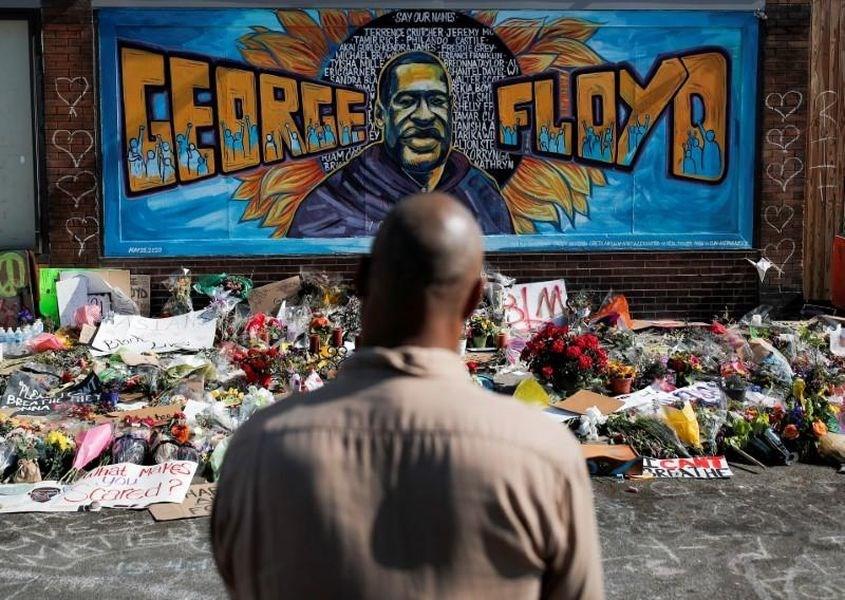 美國非裔男子佛洛伊德遭警方壓頸致死引發民憤,家屬1日公布獨立驗屍報告顯示,佛洛伊德是死於窒息。圖為民眾在牆面畫上佛洛伊德畫像紀念。(路透社提供)